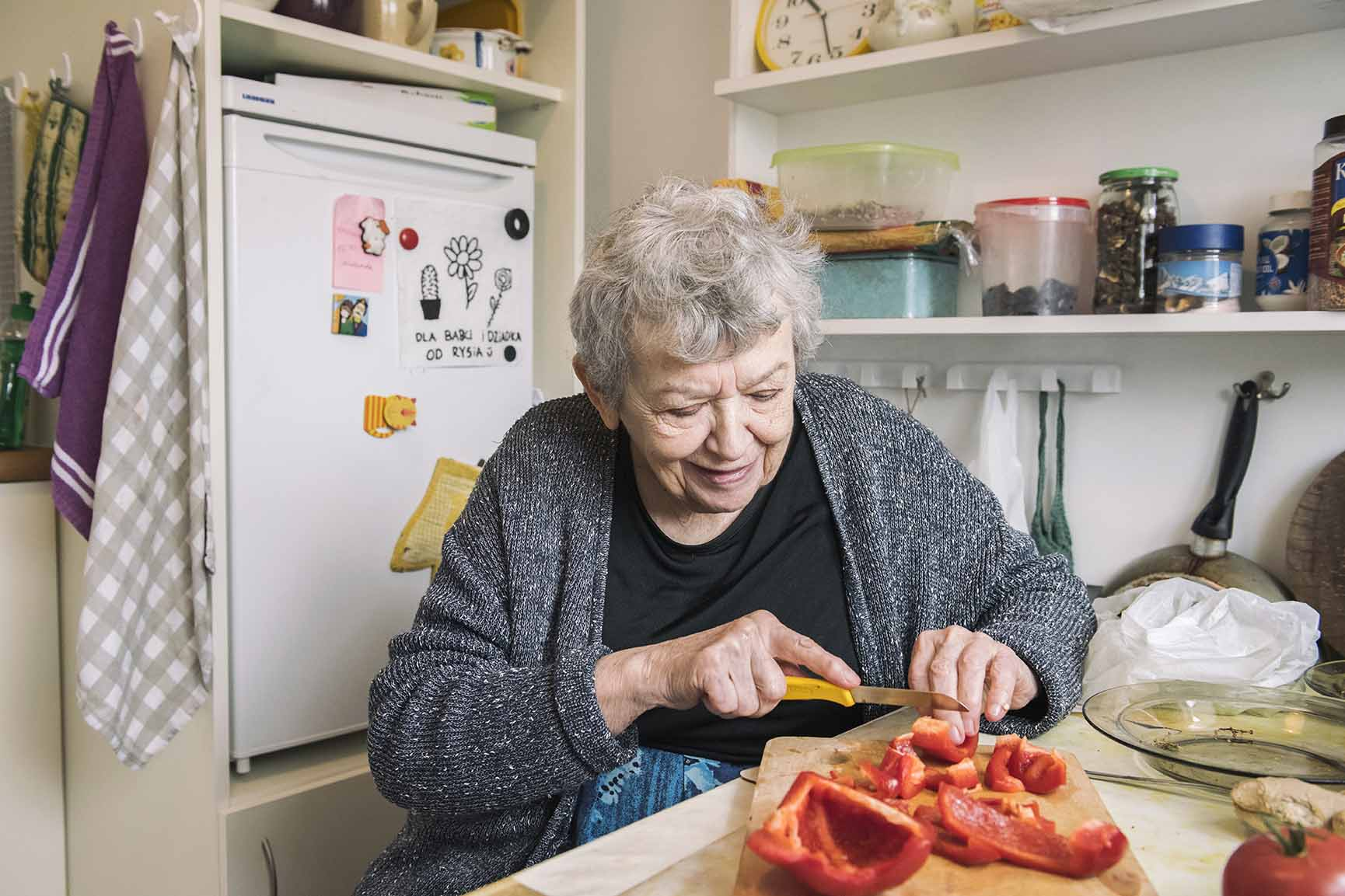 Pomimo słabego wzroku Pani Halina sporo gotuje. Uwielbia pichcić i eksperymentować. Znajomi i rodzina namawiają ją by wydała książkę ze swoimi przepisami.