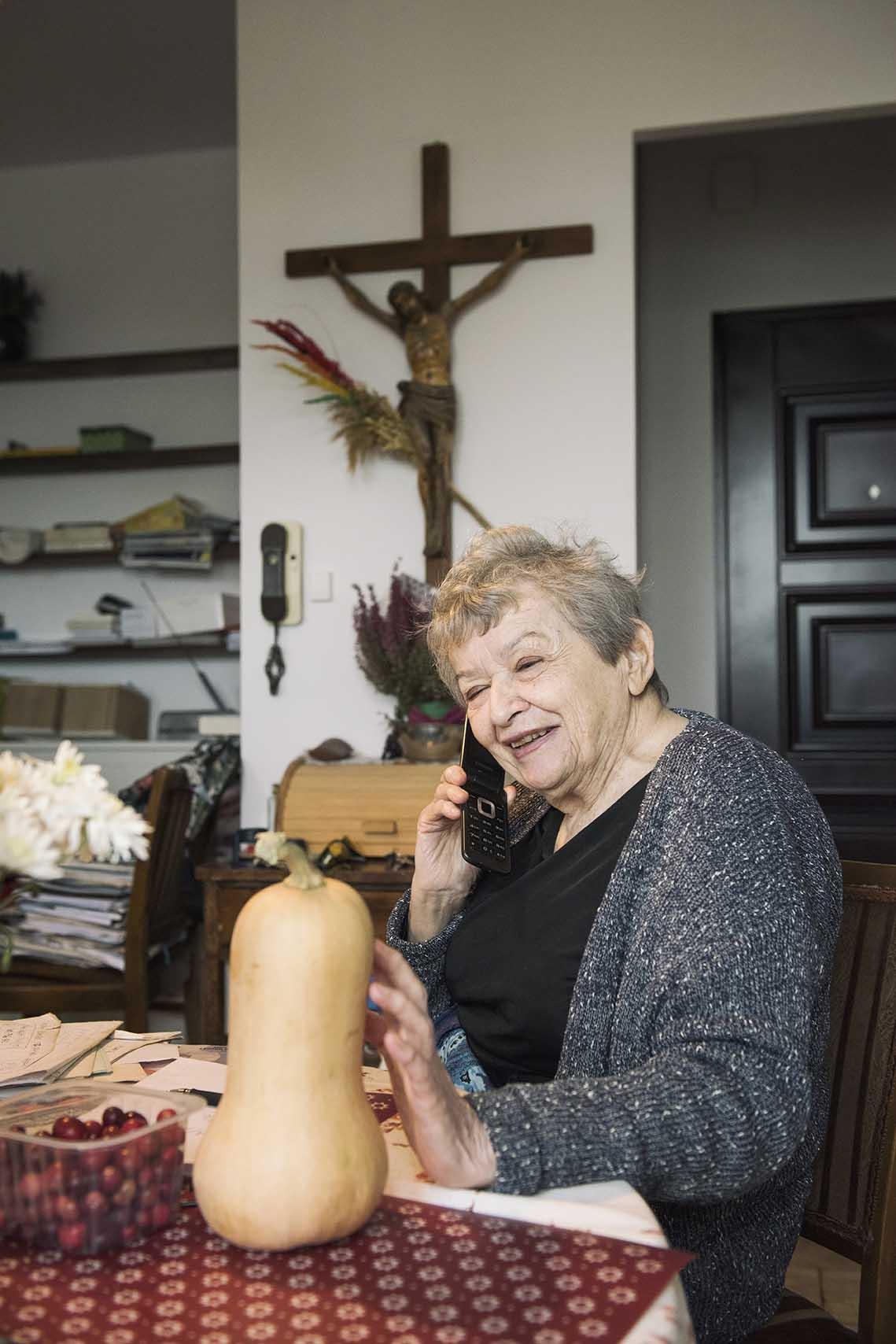 Telefony się urywają. Jak na swój wiek i problemy ze wzrokiem Pani Halina jest niezwykle aktywa. Z dyni zaraz powstanie zupa.