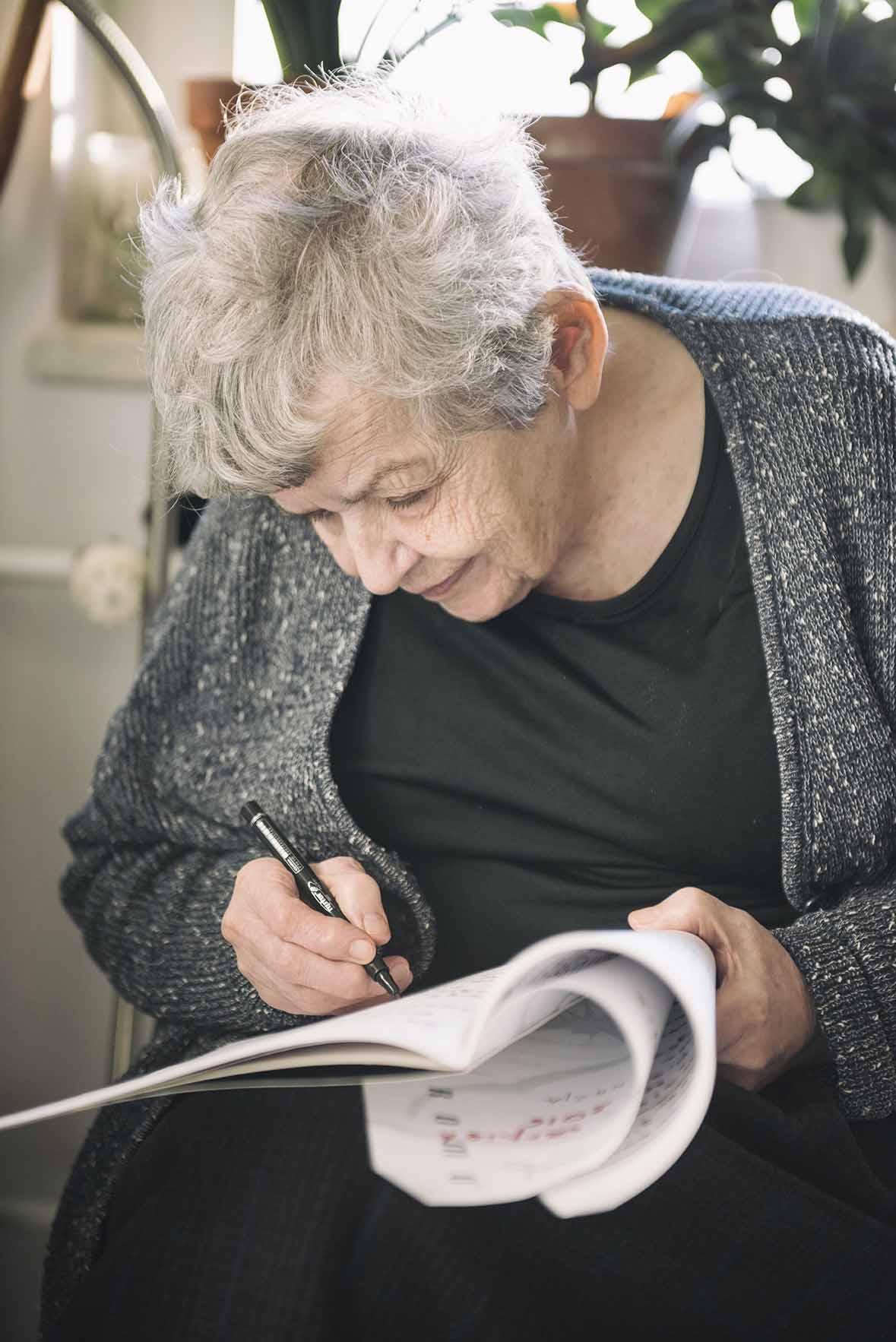 Pani Halina spisuje swoje przemyślenia, artykuły które potem są redagowane i przepisywane na komputer przez przyjaciół i rodzinę.