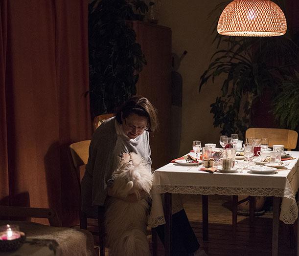 Pani Dorota z psem Koczis . Gracze wrócili do stołu.