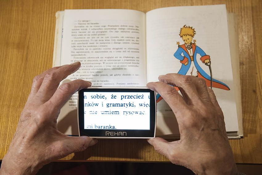 To urządzenie powiększa tekst co pozwala Pani Barbarze znów cieszyć się książkami.