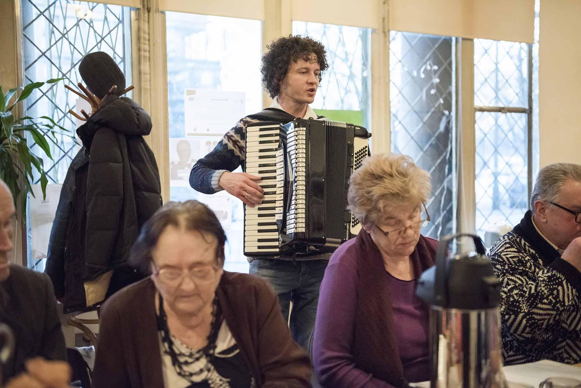 Robert Lipka, muzyk, akordeonista, prowadzi zespół Cała Praga Śpiewa.