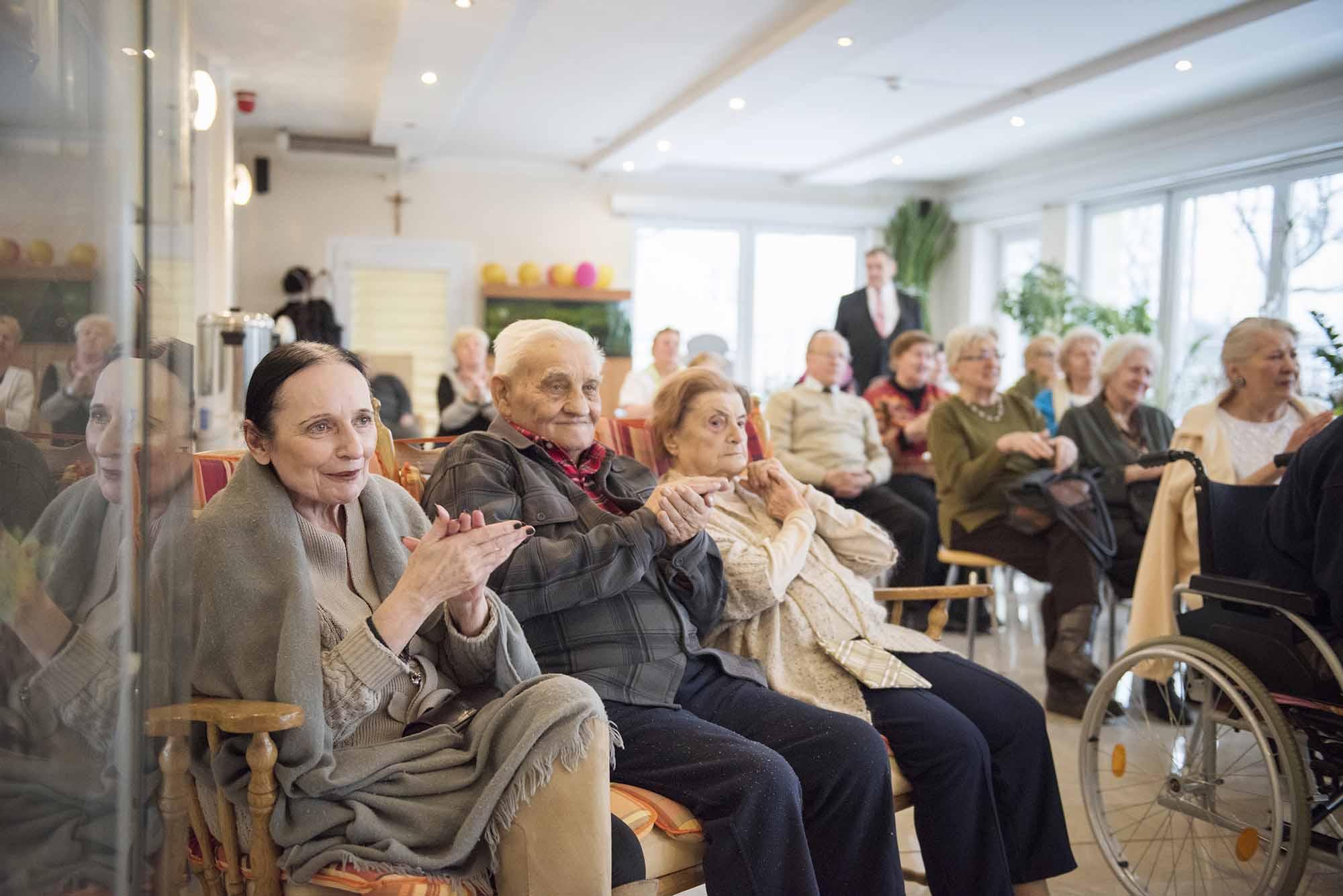 Z każdą piosenką mieszkańcy Domu coraz bardziej się angażują we wspólne śpiewanie.