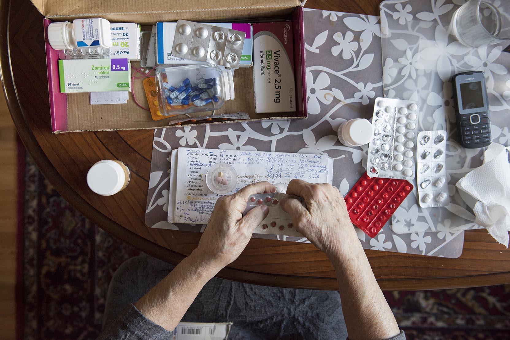 Dzień w dzień Pani Marysia uzupełnia mężowi leki.