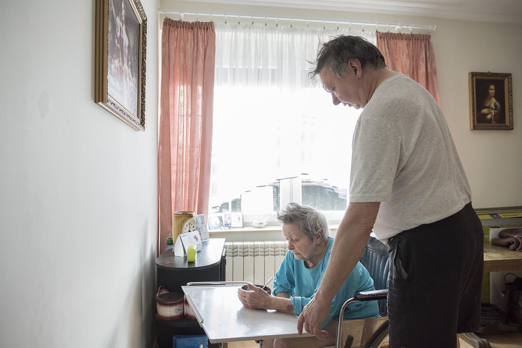 Pani Barbara (83 lata) od wielu lat wymaga całodobowej opieki. Syn Klaudiusz sprawuje nad nią opiekę.
