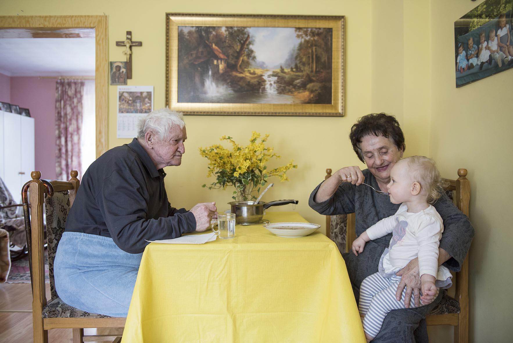 Obiady dla całej rodziny szykuje córka Pani Marysi, Felicja. W odwiedziny do dziadków przyjechała wnuczka Karolina z prawnuczką Larą.